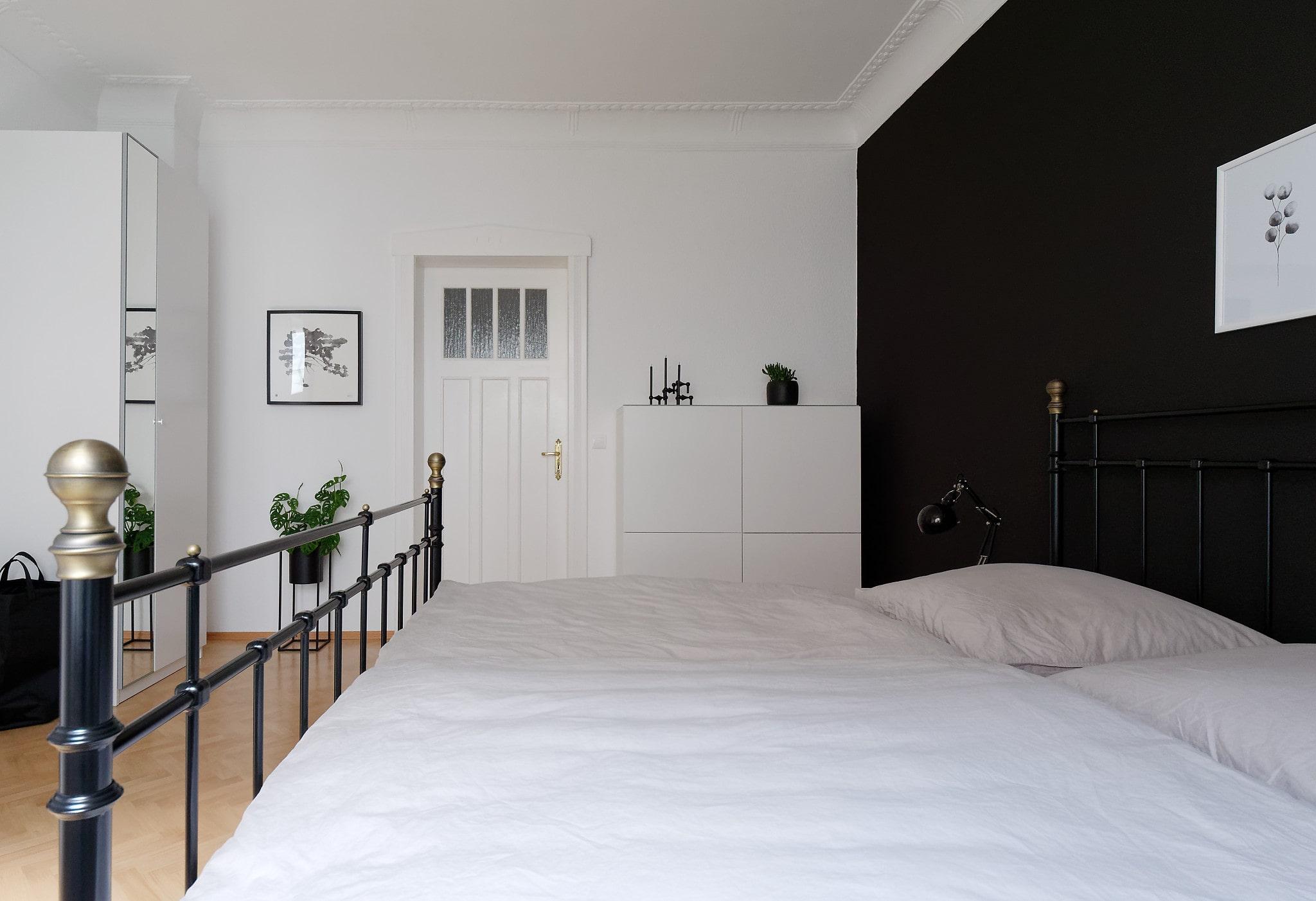 Schlafzimmer quer in weiß, grau und schwarz
