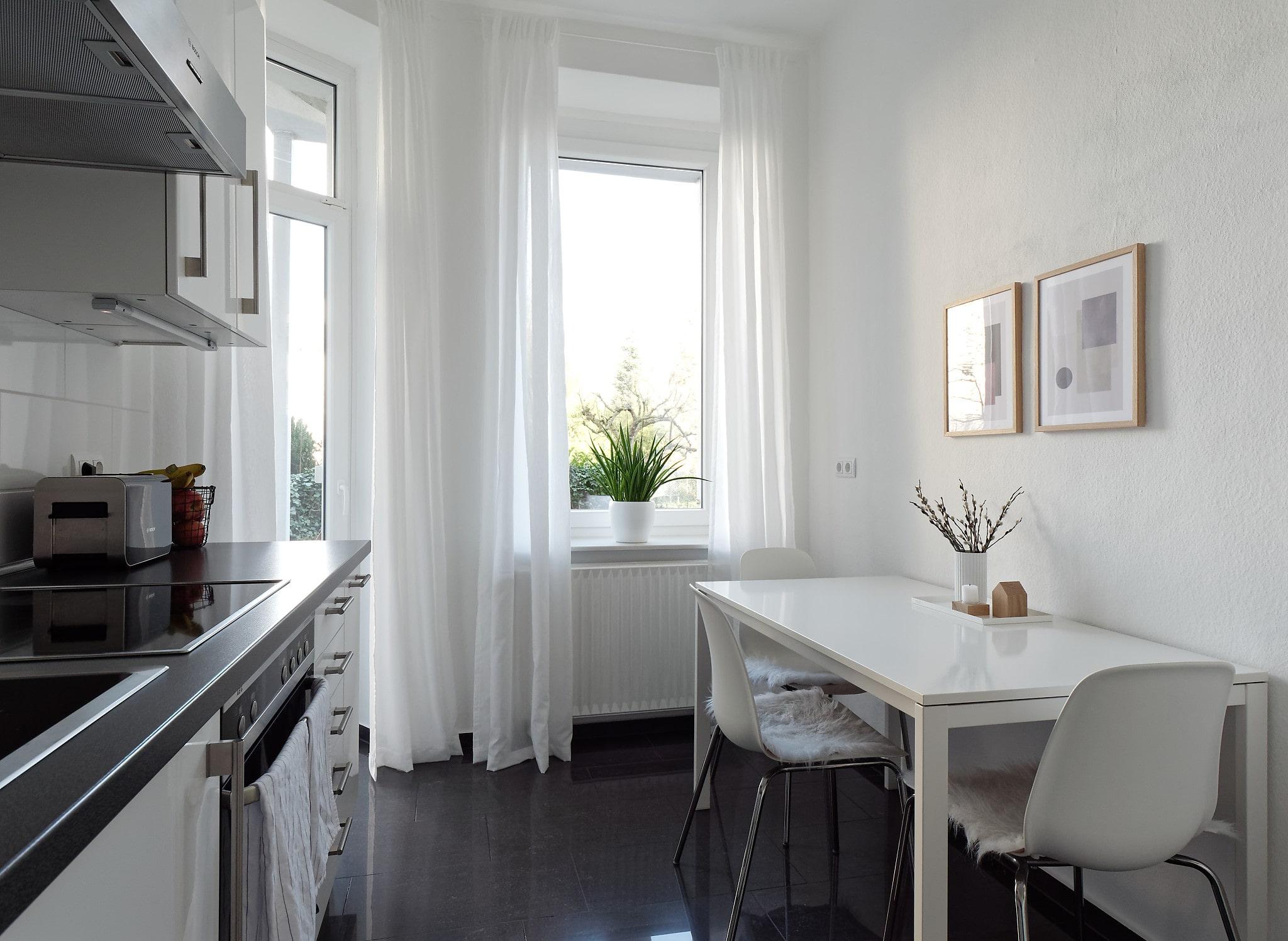 Küche in den Farben weiß, grau und schwarz