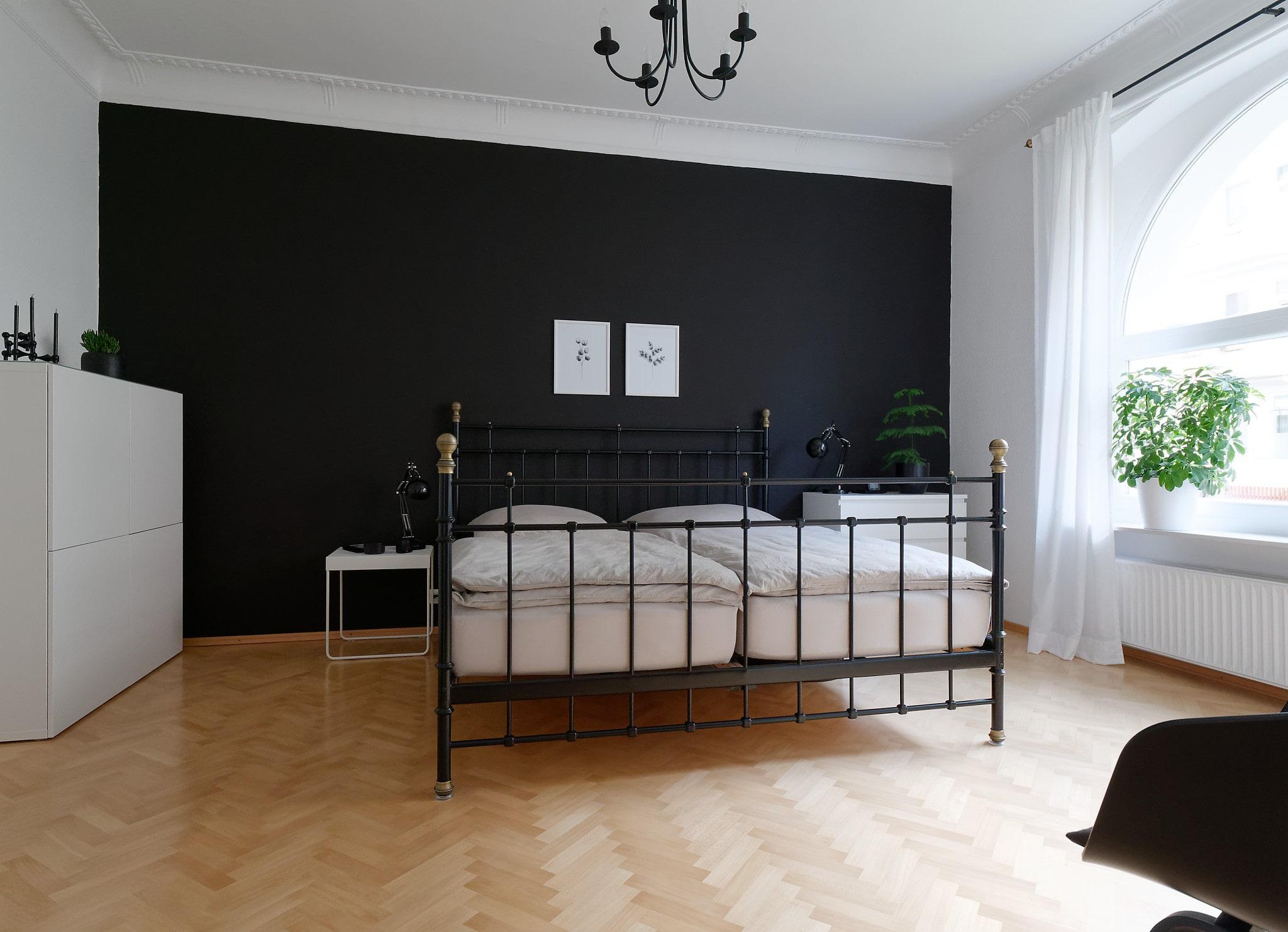 Schlafzimmer in den Farben weiß, grau und schwarz