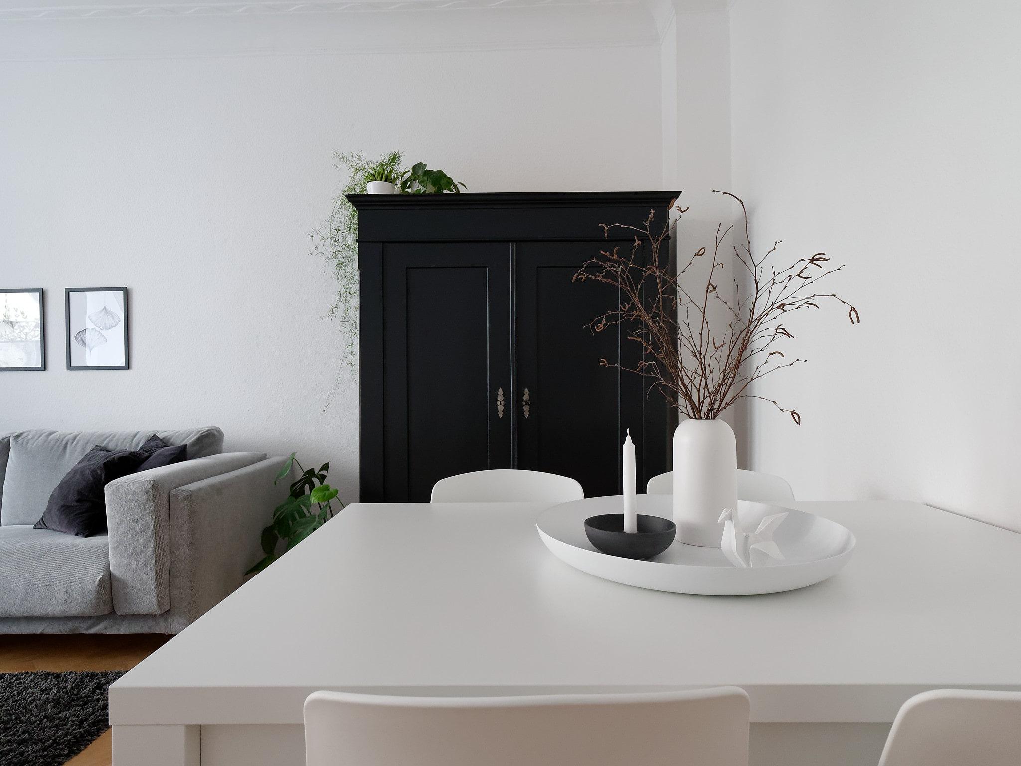 Wohnzimmer mit Schrank in weiß, grau und schwarz