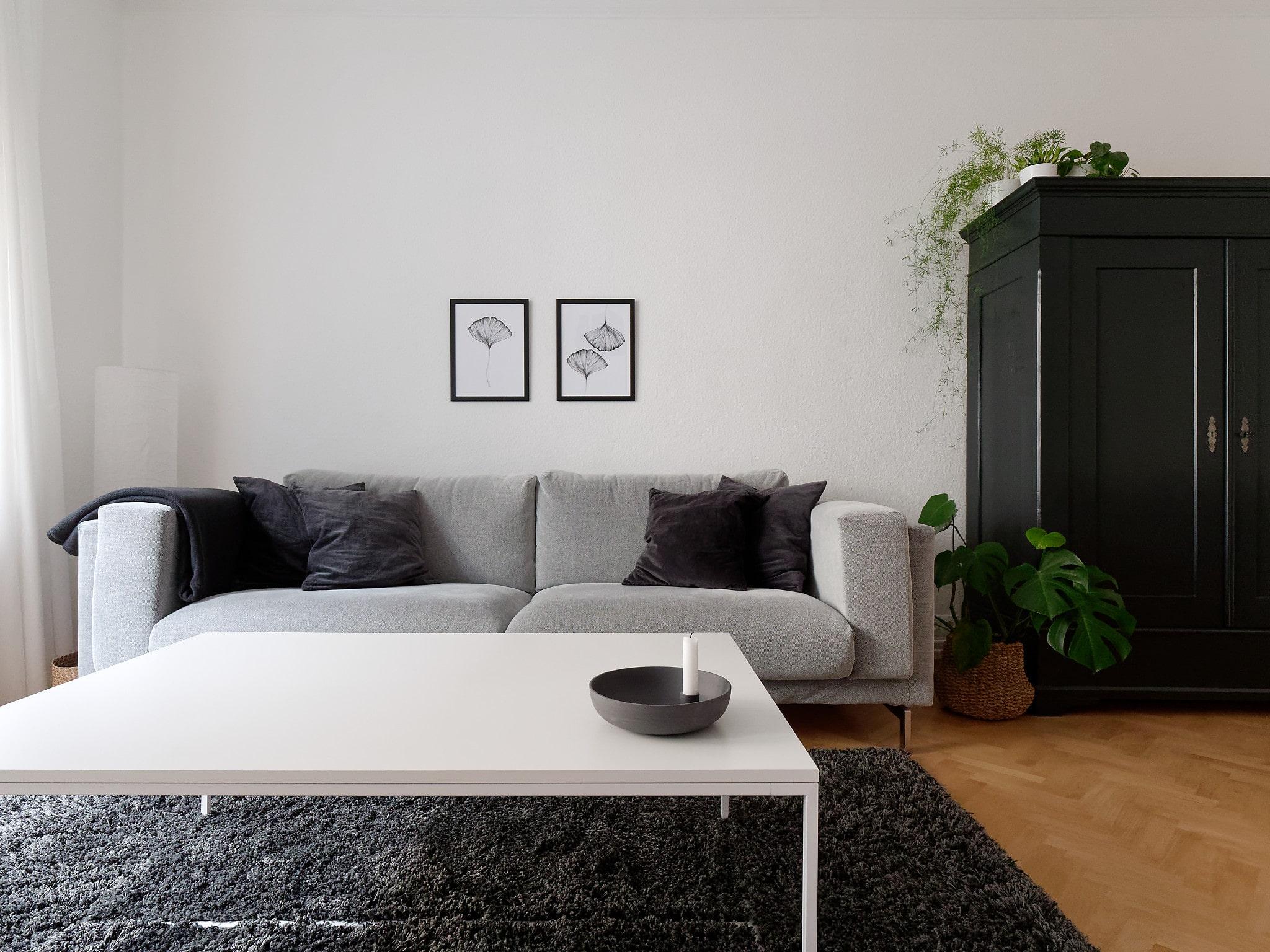 Wohnzimmer in den Farben weiß, grau und schwarz
