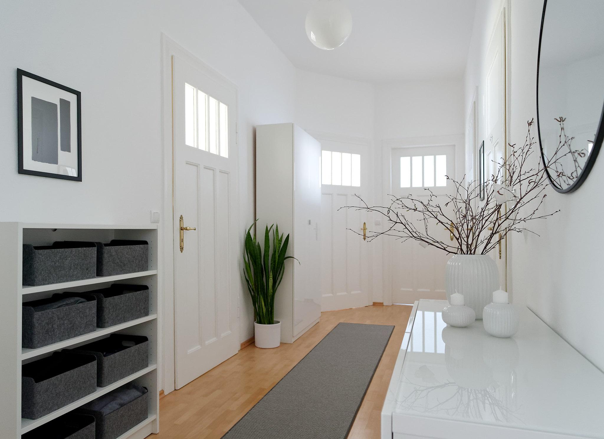 Eingangsbereich in weiß, grau und schwarz