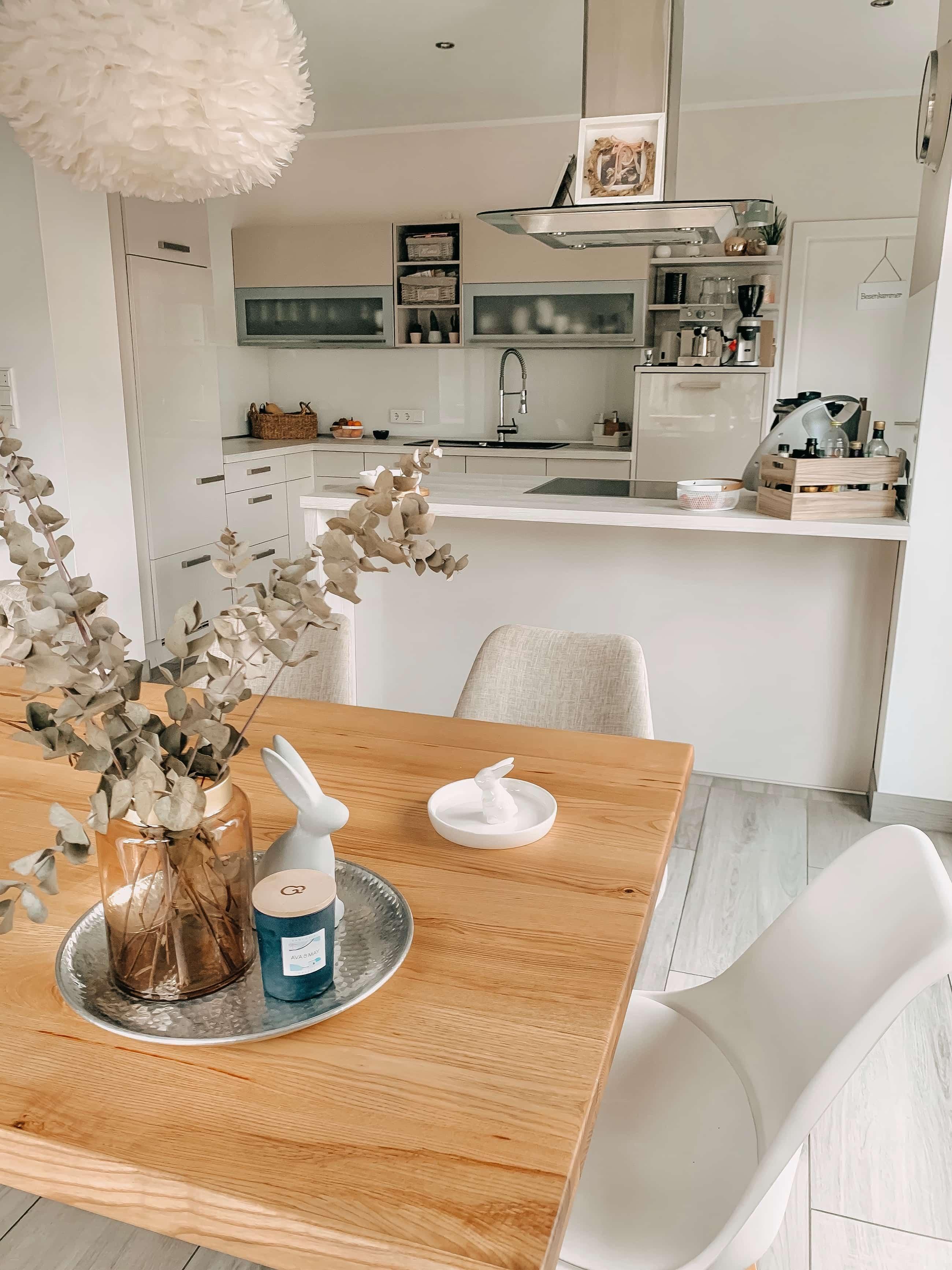 helle offene Küche - Homestory: Jennifer liebt Holzakzente