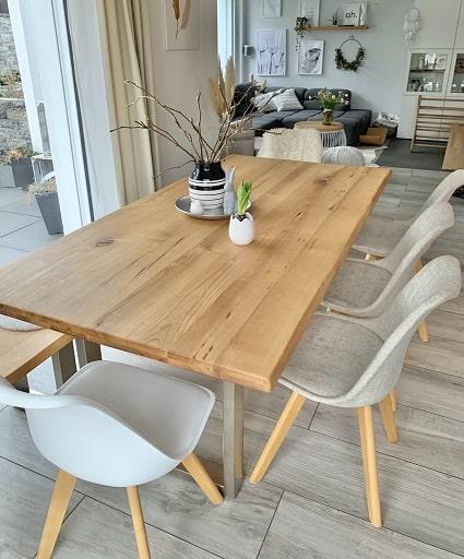 Esstisch mit weißsen Stühlen - Homestory: Jennifer liebt Holzakzente