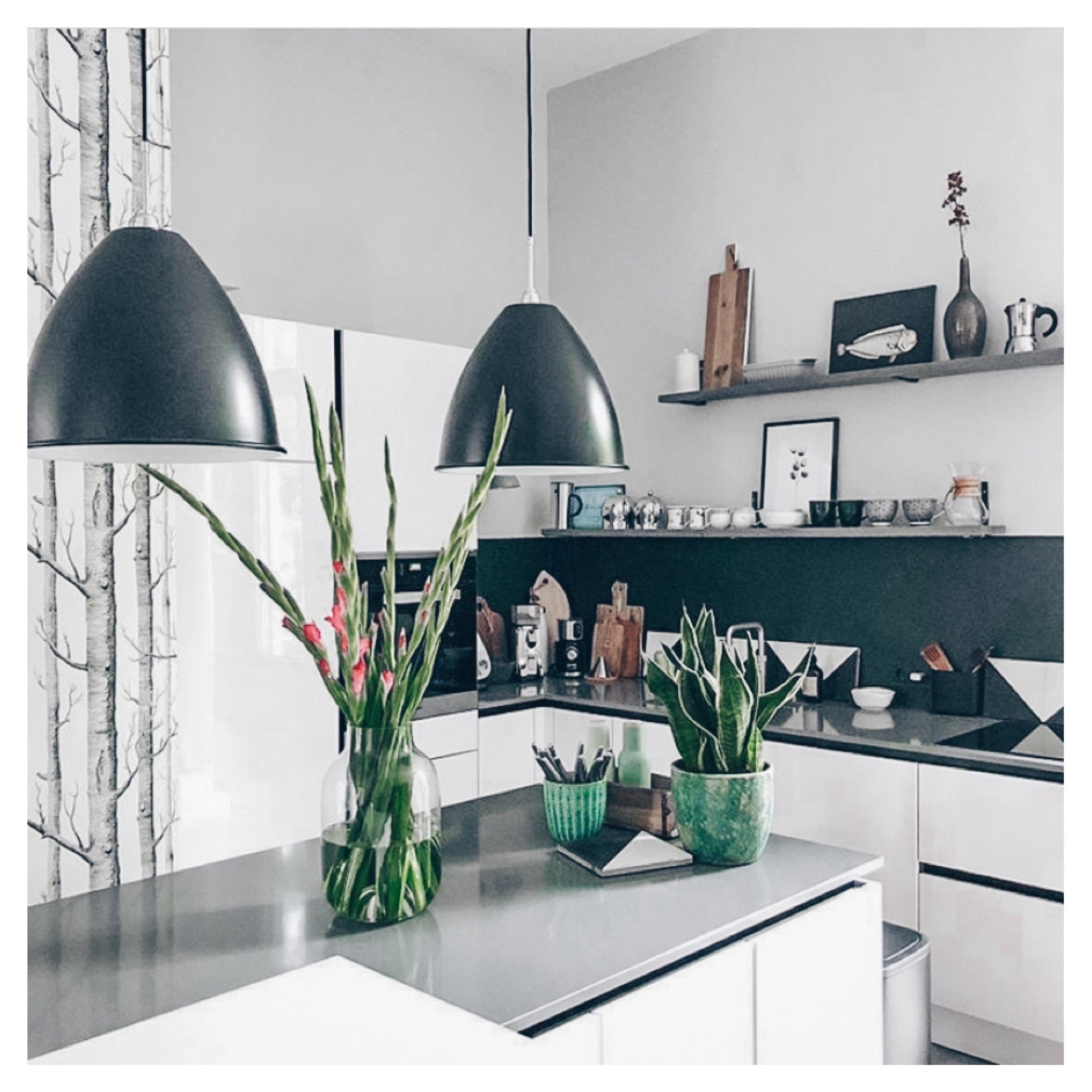 offene weiße Küche - Homestory: Neuanfang in der alten Tankstelle