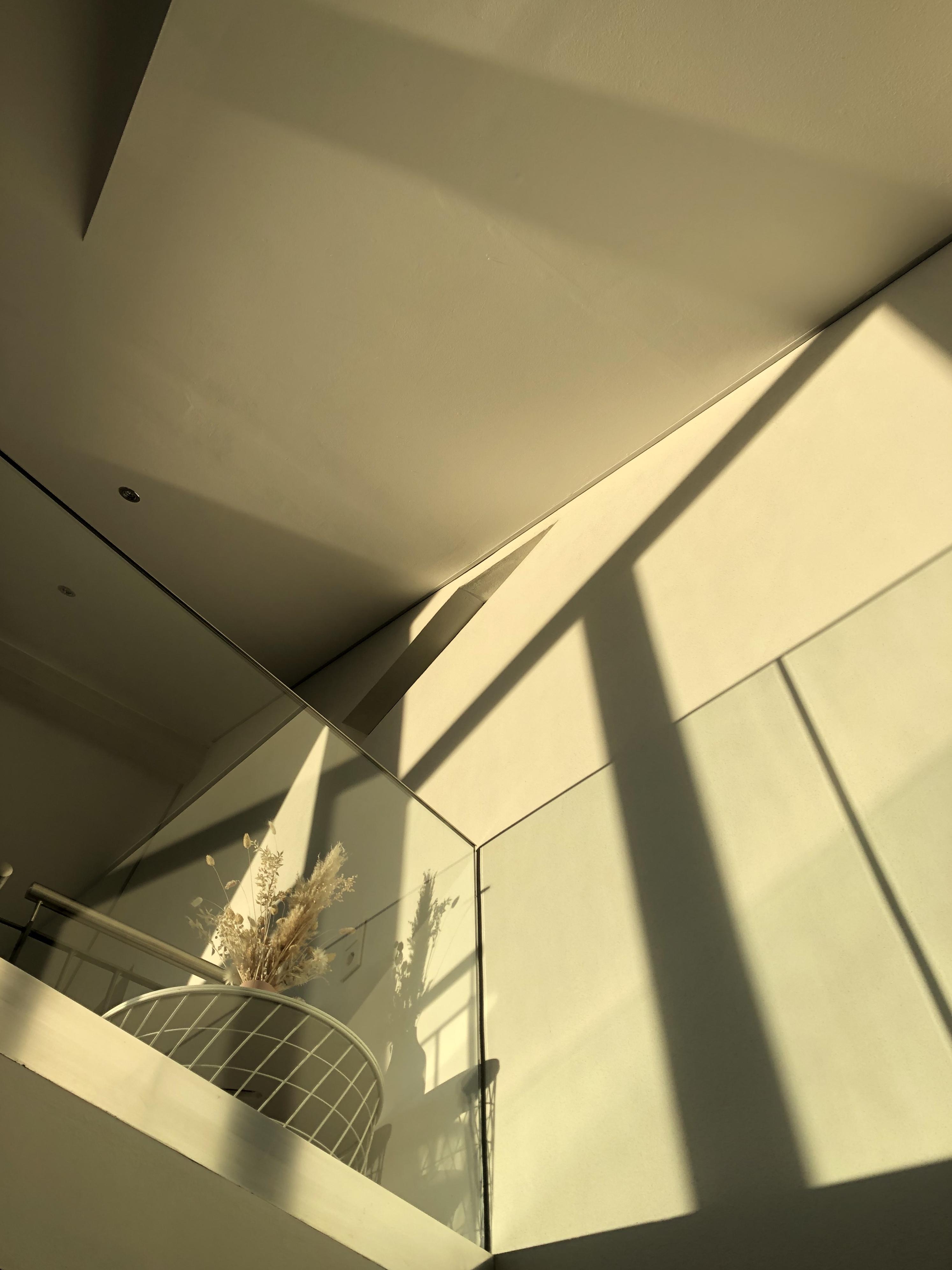 Treppenhaus in weiß, Homestory Beton trifft auf Glas. Weitere Wohnideen findest du bei desmondo.de