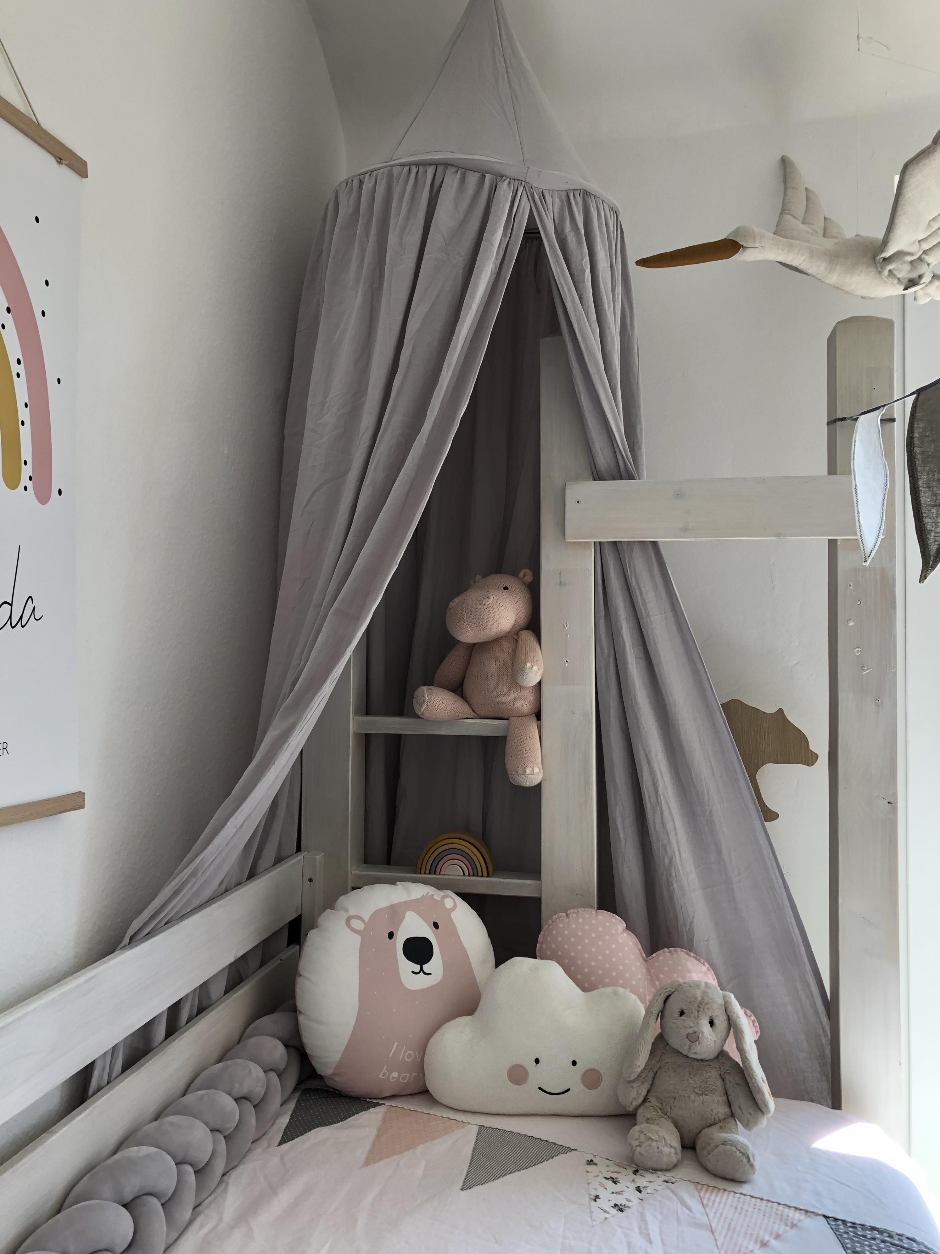Kinderzimmer Mädchen -Homestory Beton trifft auf Glas. Weitere Wohnideen findest du bei desmondo.de