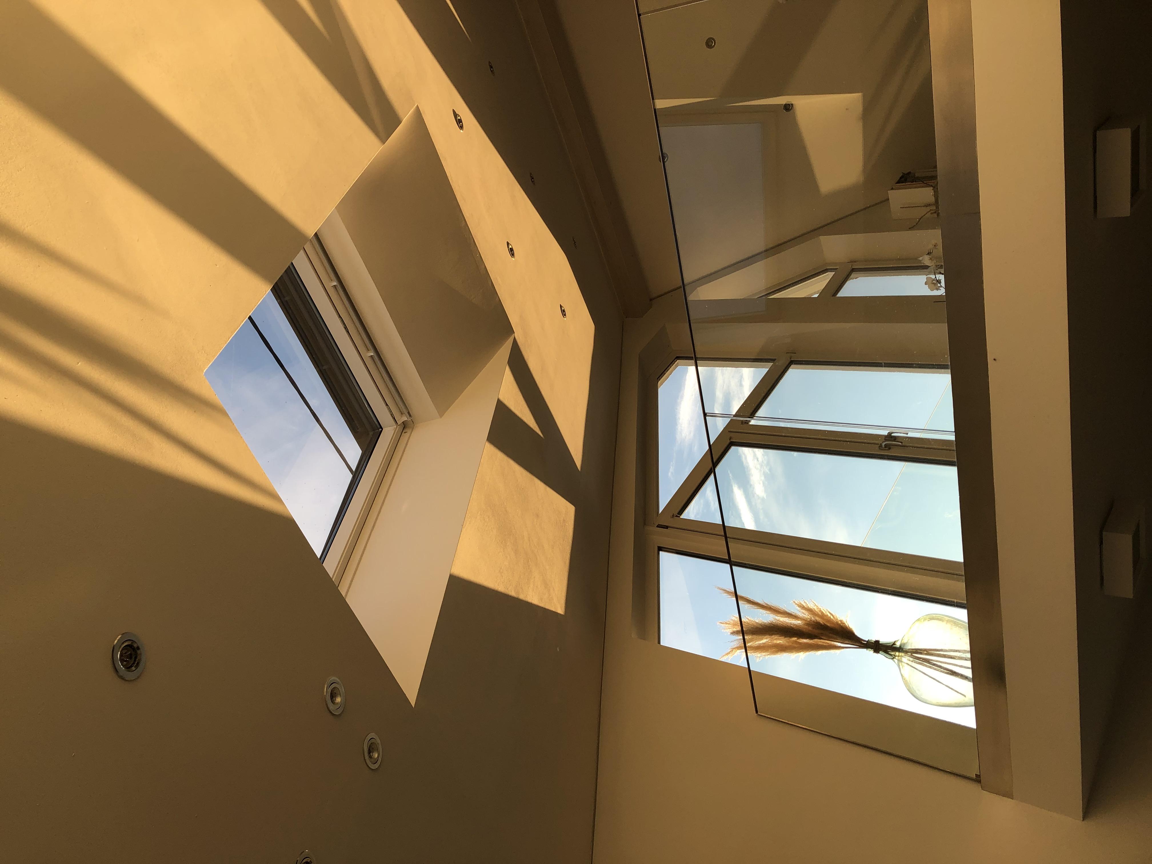 helles offenes Wohnzimmer im Sonnenlicht - Homestory Beton trifft auf Glas. Weitere Wohnideen findest du bei desmondo.de