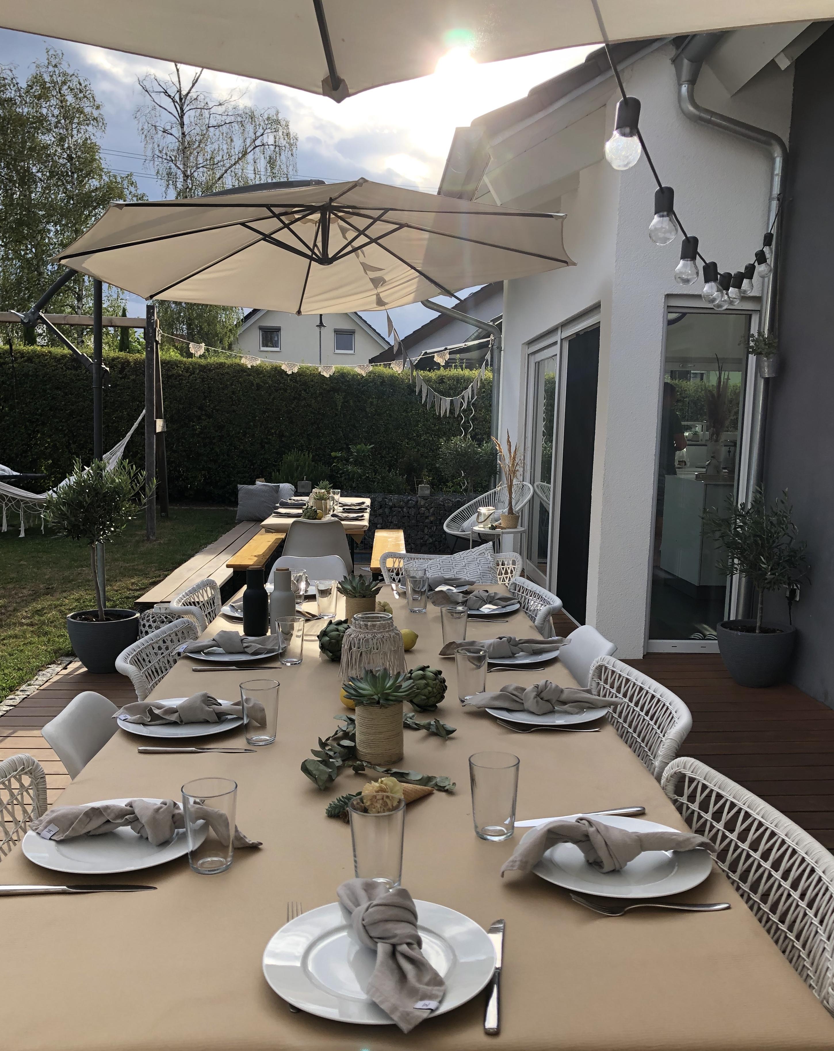 Aussenbereich - Essen auf der Terrasse.Homestory Beton trifft auf Glas. Weitere Wohnideen findest du bei desmondo.de