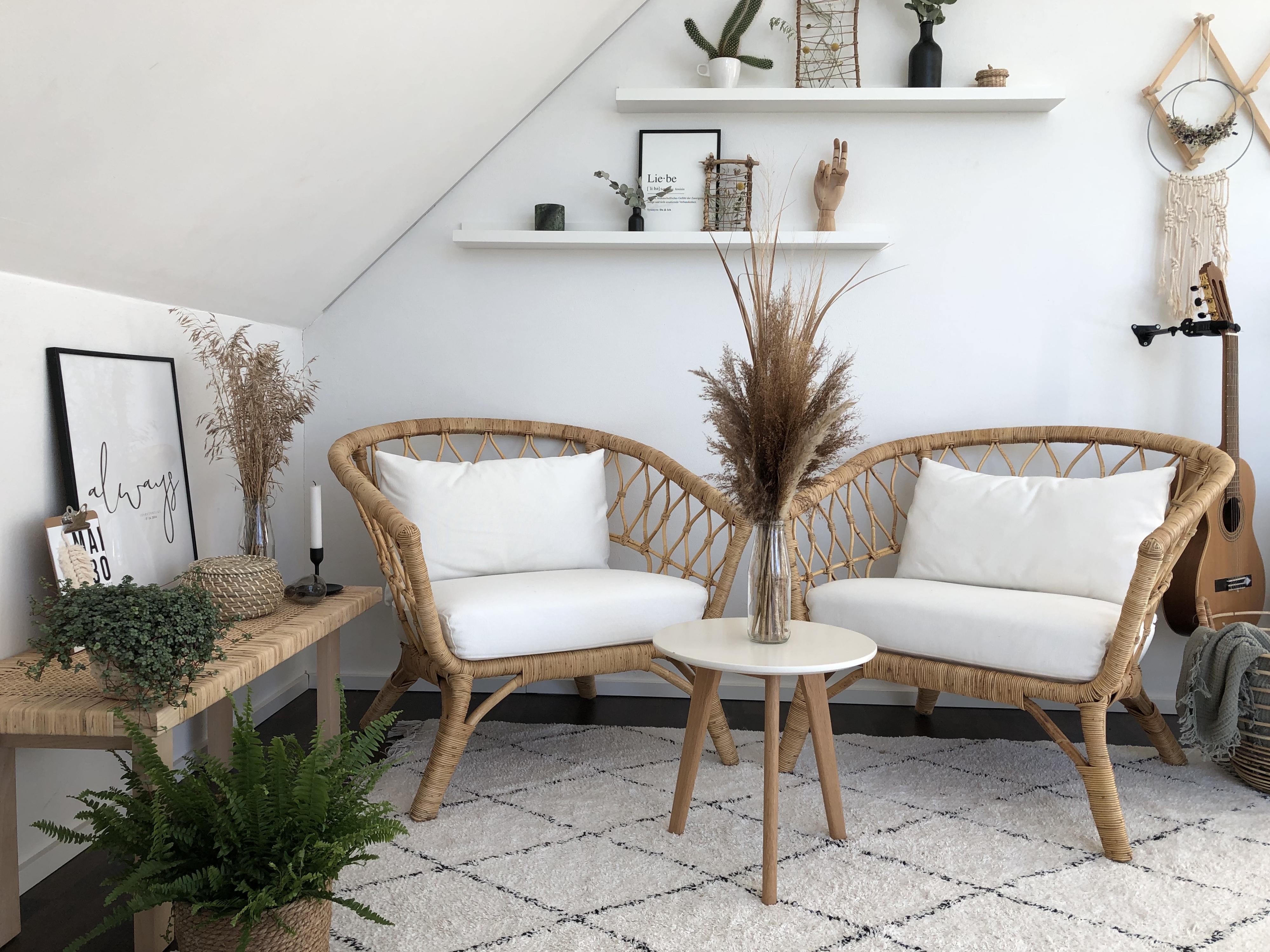 Dachgeschoß in weiß mit Sesseln - Homestory Beton trifft auf Glas. Weitere Wohnideen findest du bei desmondo.de