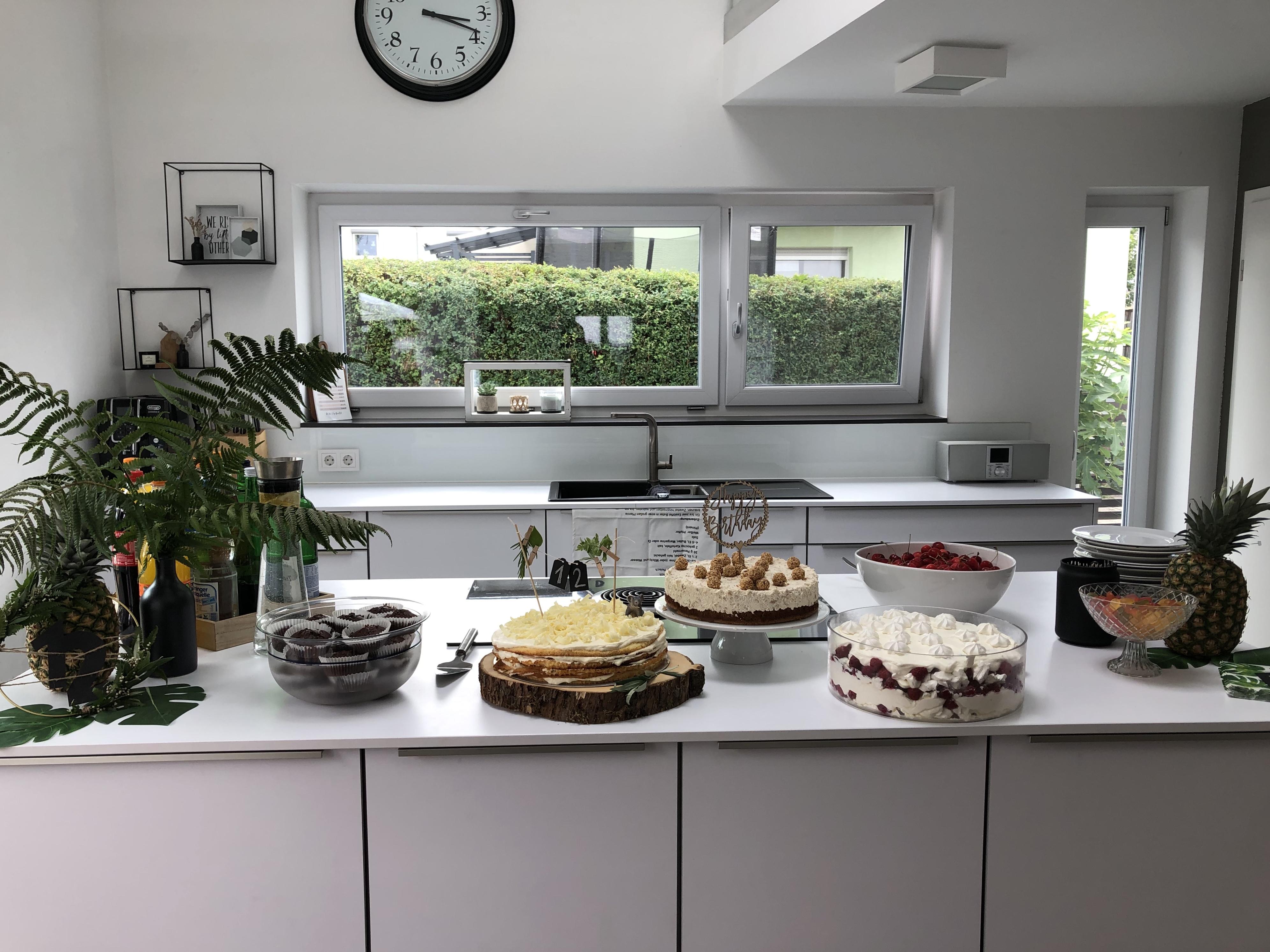 helle Küche Homestory Beton trifft auf Glas. Weitere Wohnideen findest du bei desmondo.de