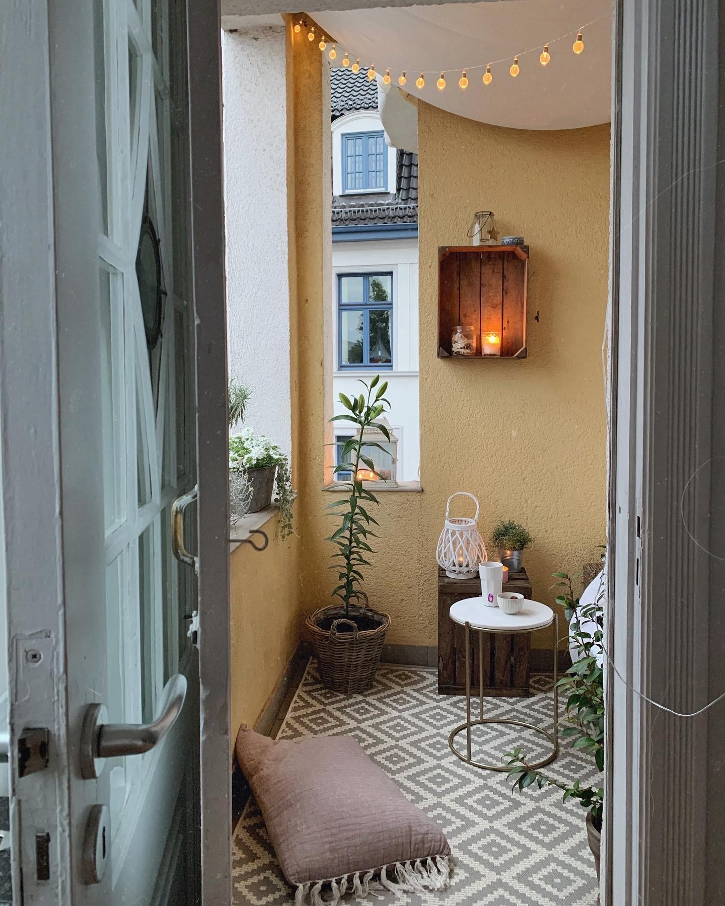gemütlicher Balkon - - Homestory: Vanessas Schwäche für Altbau - Mehr Inspirationen und Wohnideen findest du bei desmondo