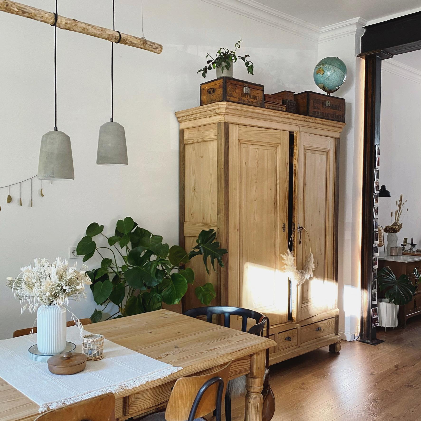 Wohnzimmer mit Schrank und Essbereich