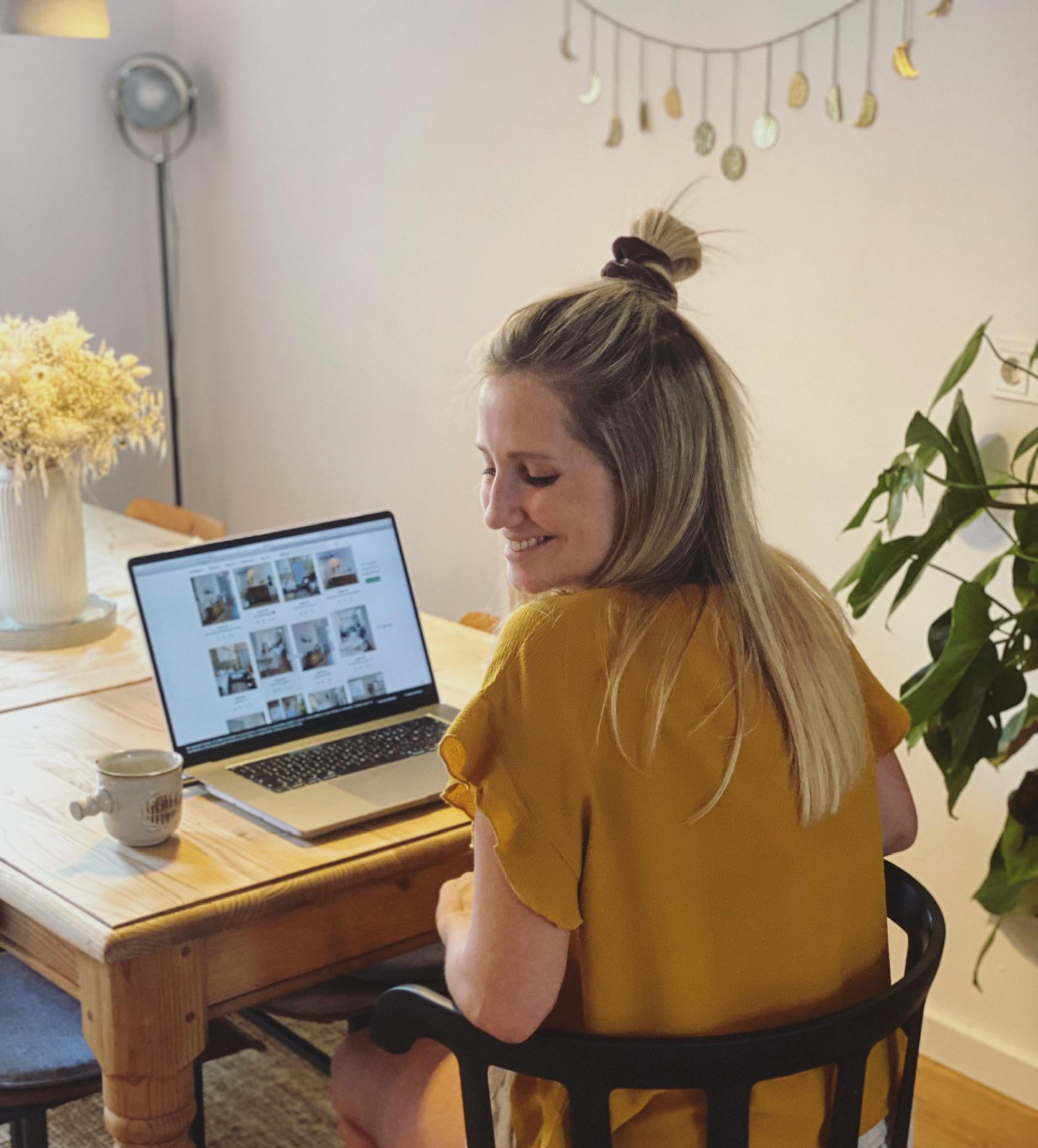 Unsere Leserin Leni mit einem wunderschönen bezaubernden Lächeln am Computer
