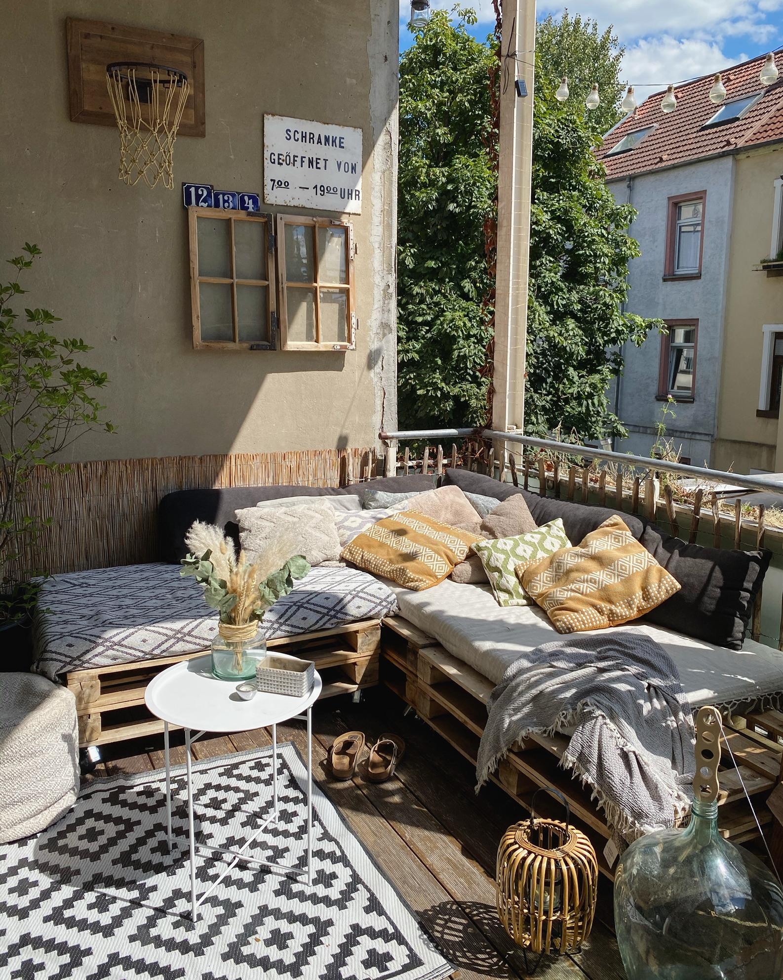 Europalettenmöbel auf dem Balkon