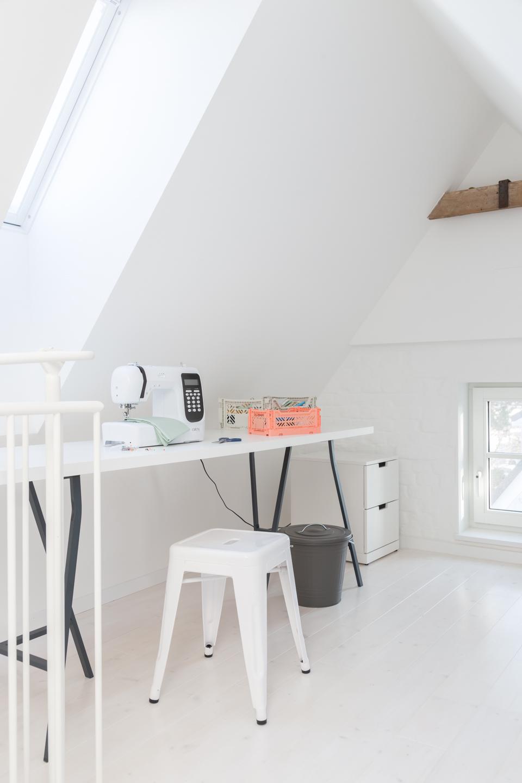 Arbeitszimmer - Schreibtisch weiß - Offene Küche in grau mit Theke -  Haus kernsaniert und trotzdem seinen Charakter bewahrt
