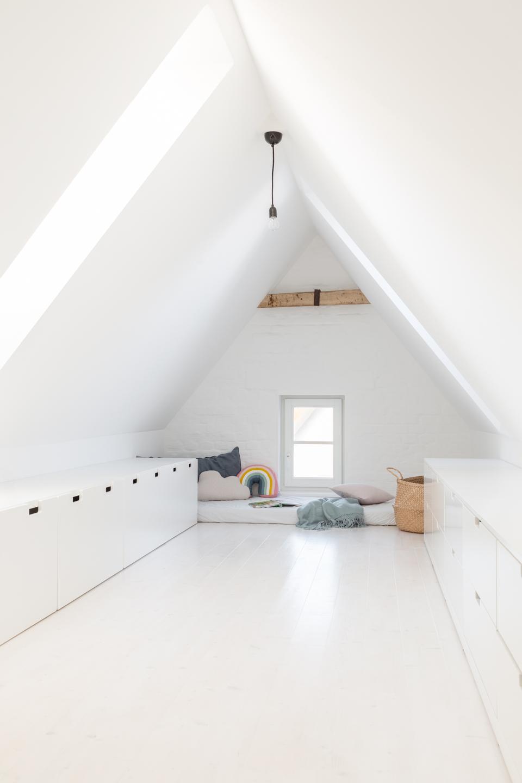 Ausgebaute Dachschräge als Spielzimmer - Offene Küche in grau mit Theke -  Haus kernsaniert und trotzdem seinen Charakter bewahrt