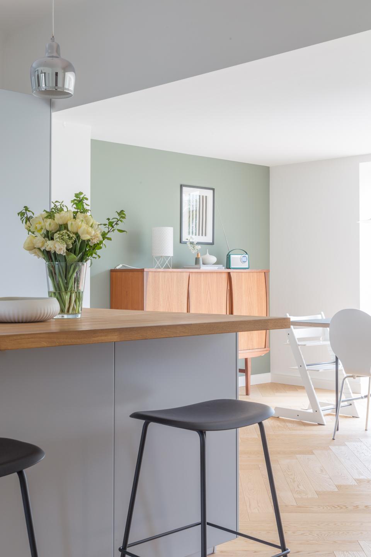 Offene Küche in grau mit Theke -  Haus kernsaniert und trotzdem seinen Charakter bewahrt