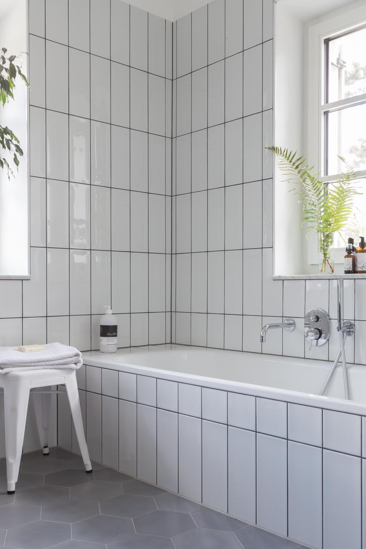 große Badewanne Fließen in weiß -  Haus kernsaniert und trotzdem seinen Charakter bewahrt