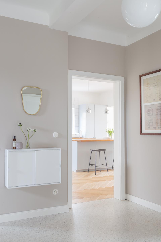 Flur mit Durchgang zur Küche - Offene Küche in grau mit Theke -  Haus kernsaniert und trotzdem seinen Charakter bewahrt