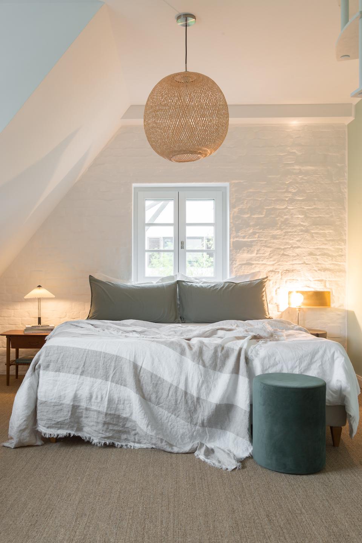 Schöafzimmer mit Hängelampe -  Haus kernsaniert und trotzdem seinen Charakter bewahrt