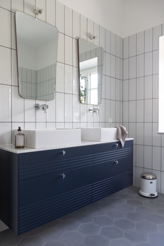 Badezimmer in schwarz und weiß -  Haus kernsaniert und trotzdem seinen Charakter bewahrt