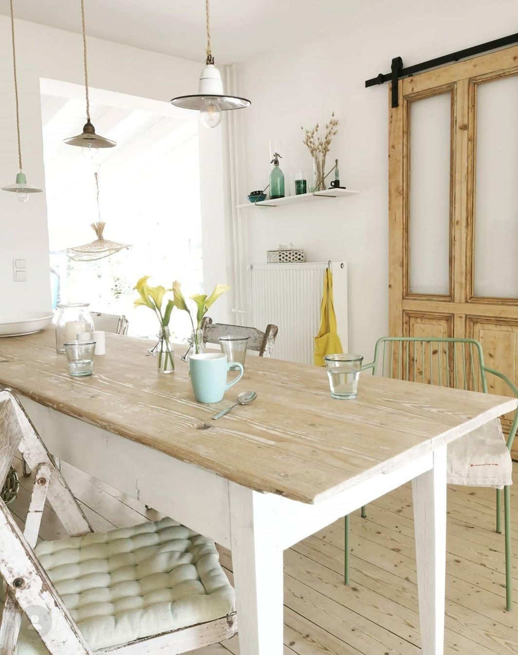 offene Wohnküche mit Schiebetür aus Holz