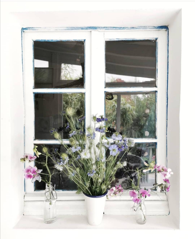 Fensterbrett mit Blumendeko