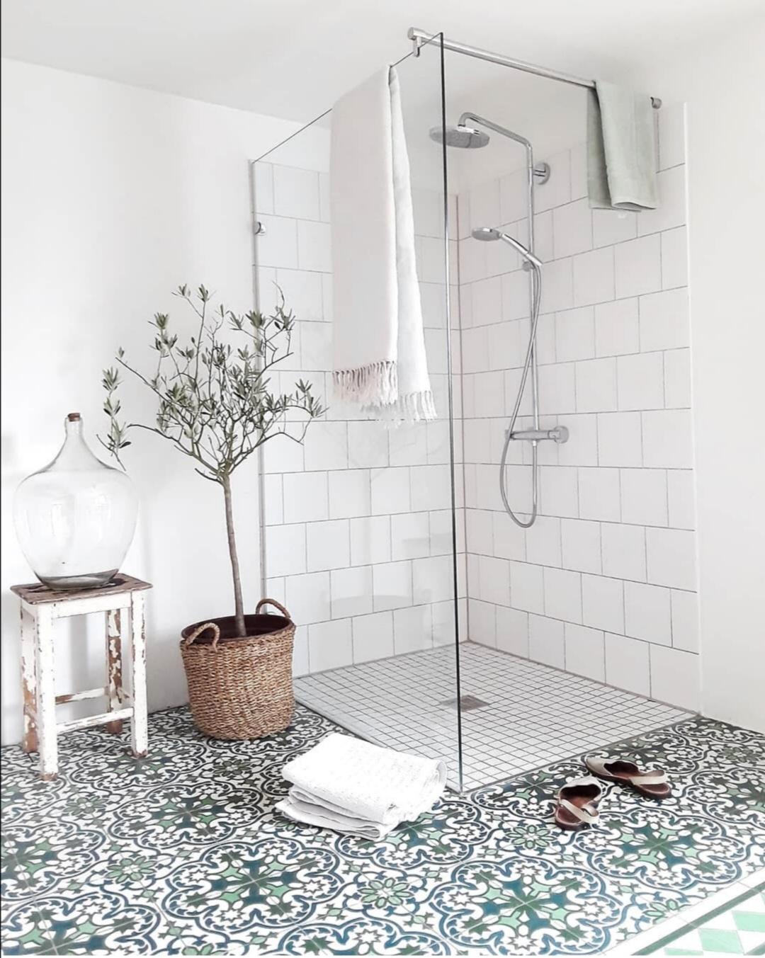 Badezimmer mit Dusche - Überrachte Terrasse - Homestory: Bei Nathalie sieht es aus wie im Urlaub