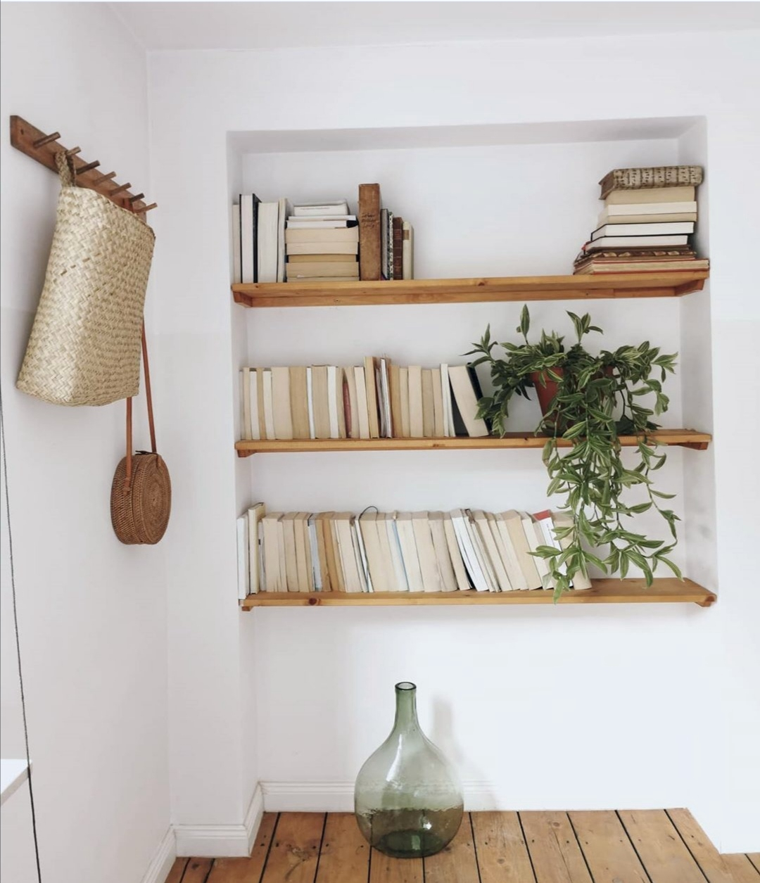 Bücherregal in weiß aus Holz - Überrachte Terrasse - Homestory: Bei Nathalie sieht es aus wie im Urlaub