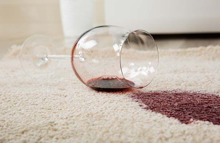Rotweinfleck auf einem Teppich