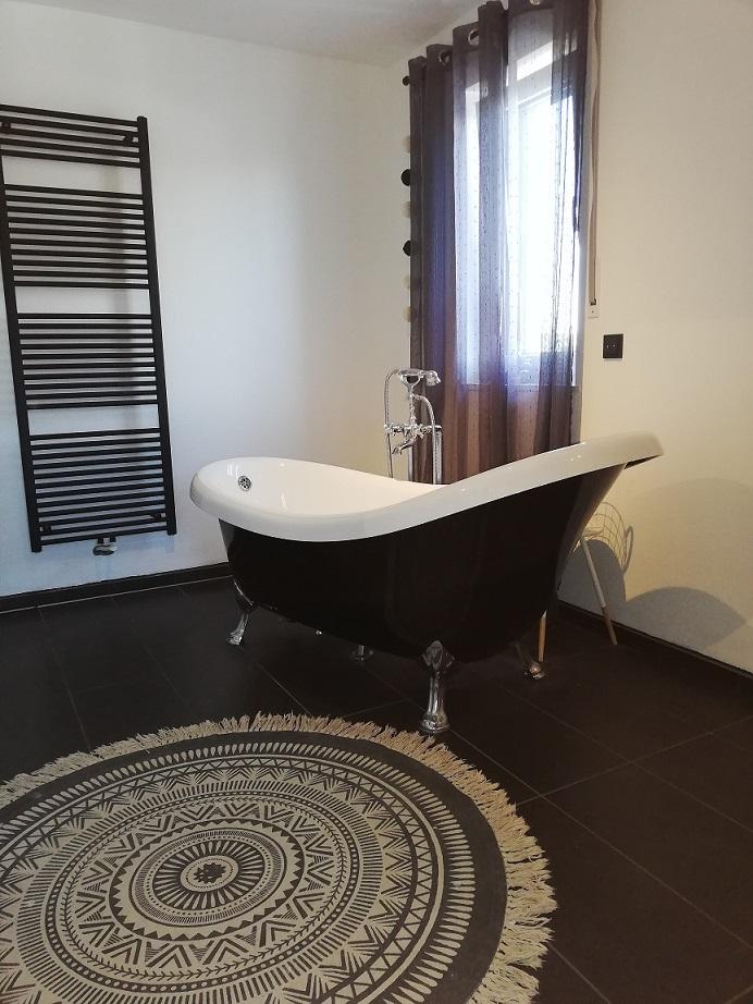 freistehende Badewanne in Schwarz. Homestorie bei Stephi Zuhause