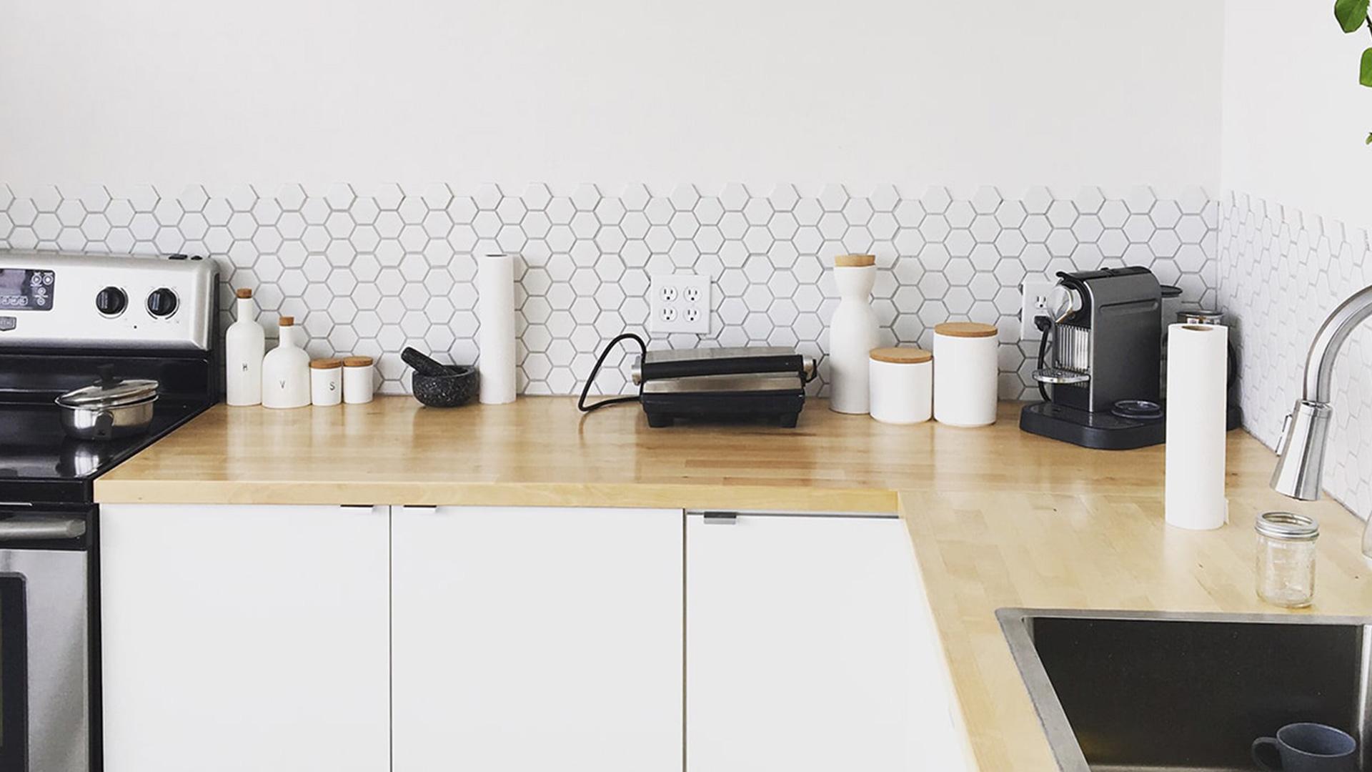 Einbauküche weiß mit Waschbecken und Backofen weitere Wohnideen findest du auch auf desmondo.de