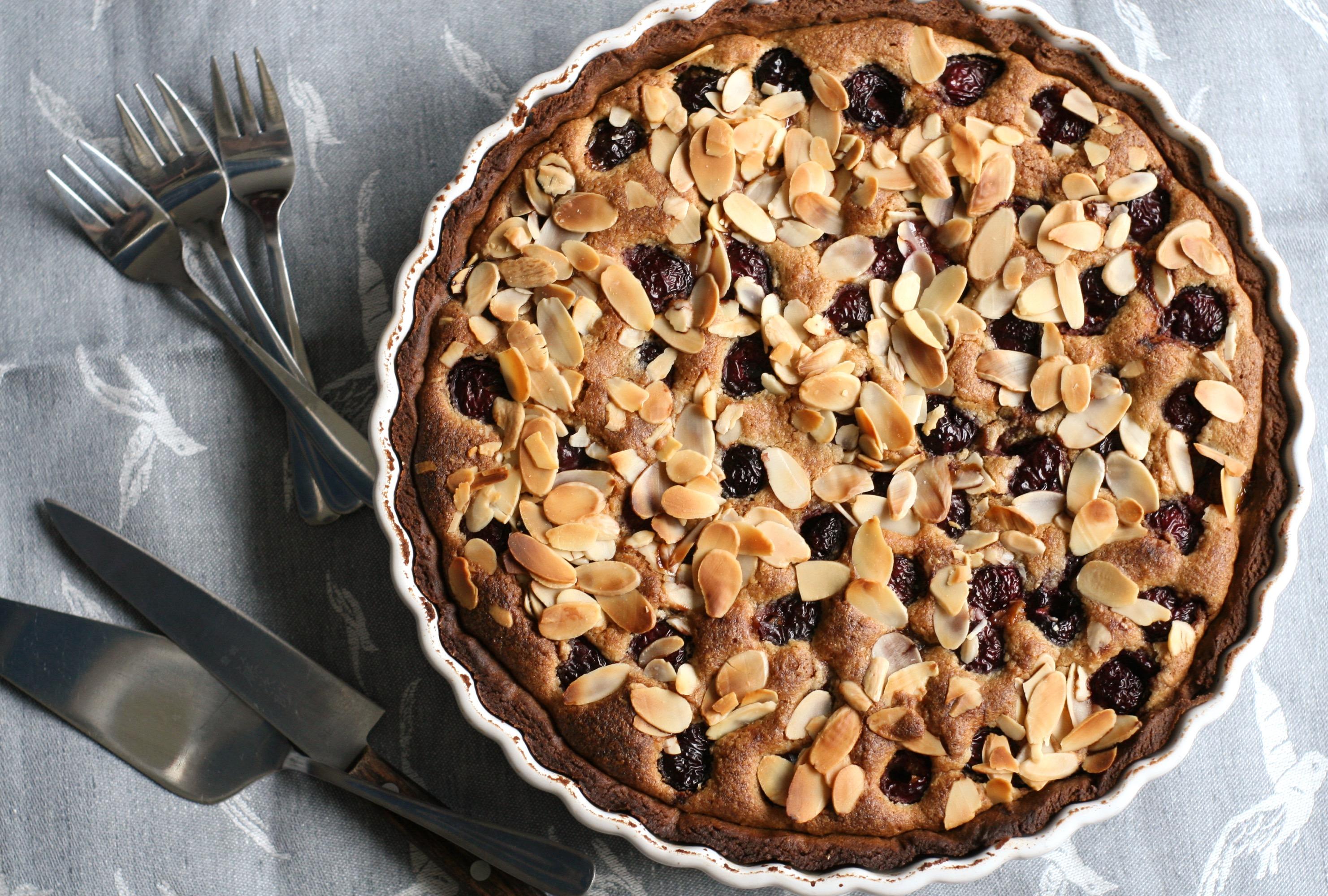 Frangipani tart with fresh cherries and Agrain® 04 Maskmel Whisky