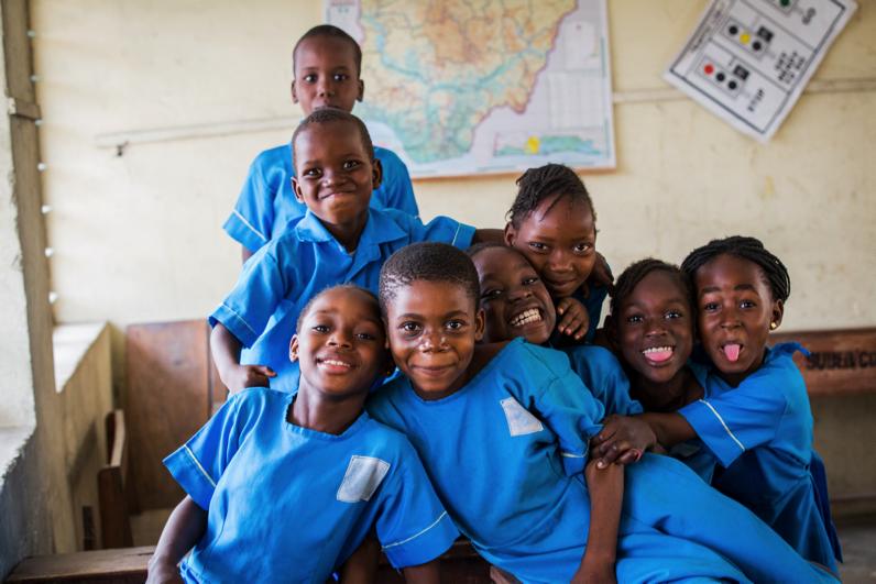 Photo de groupe d'enfants africains en uniforme scolaire