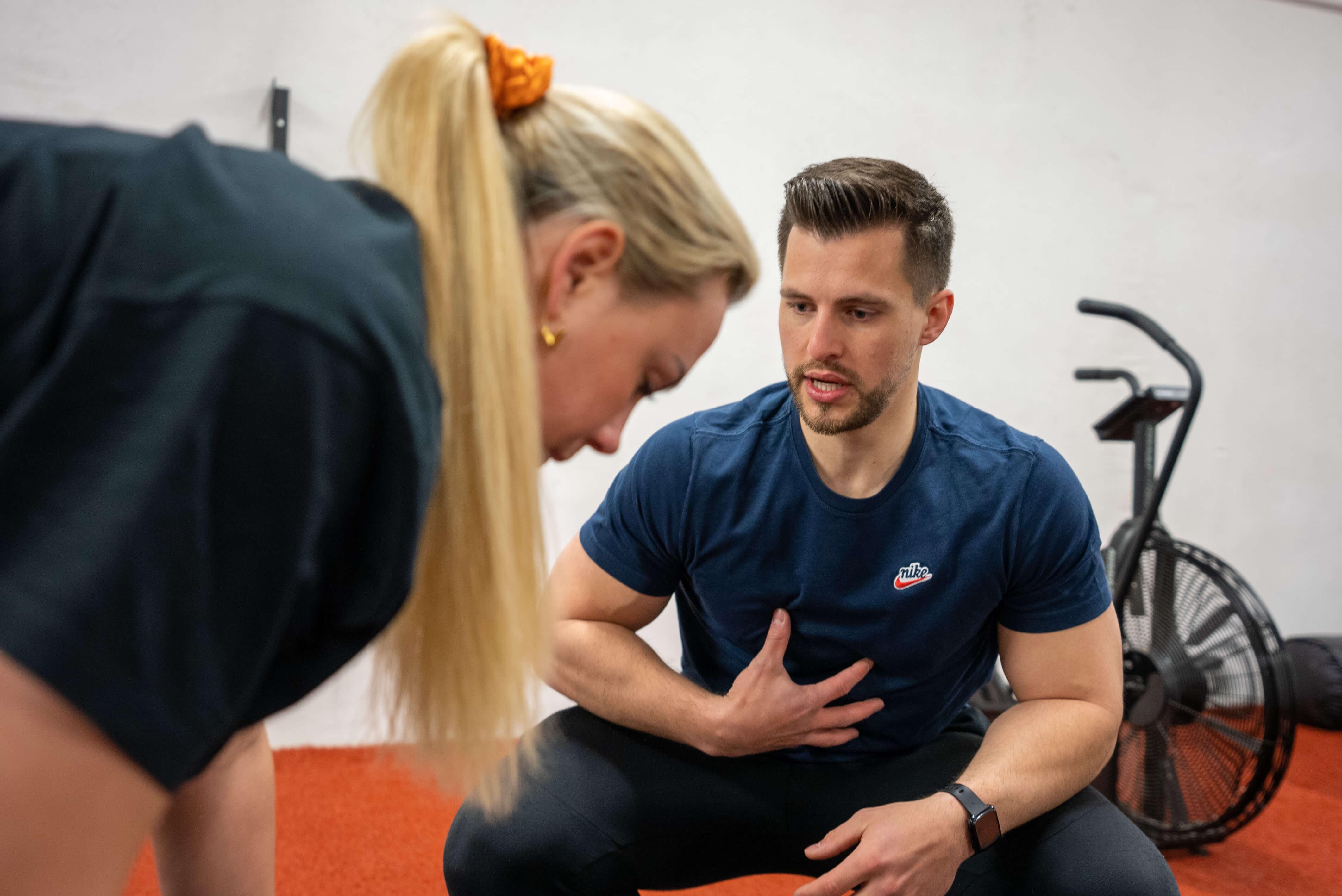Jules geeft instructies aan een klant tijdens het deadliften