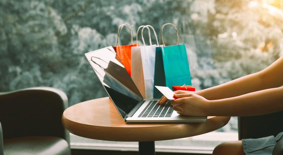 Onlinekauf über Gutschein am Tisch
