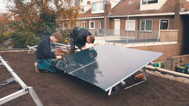 Installatie van zonnepanelen op een groen dak