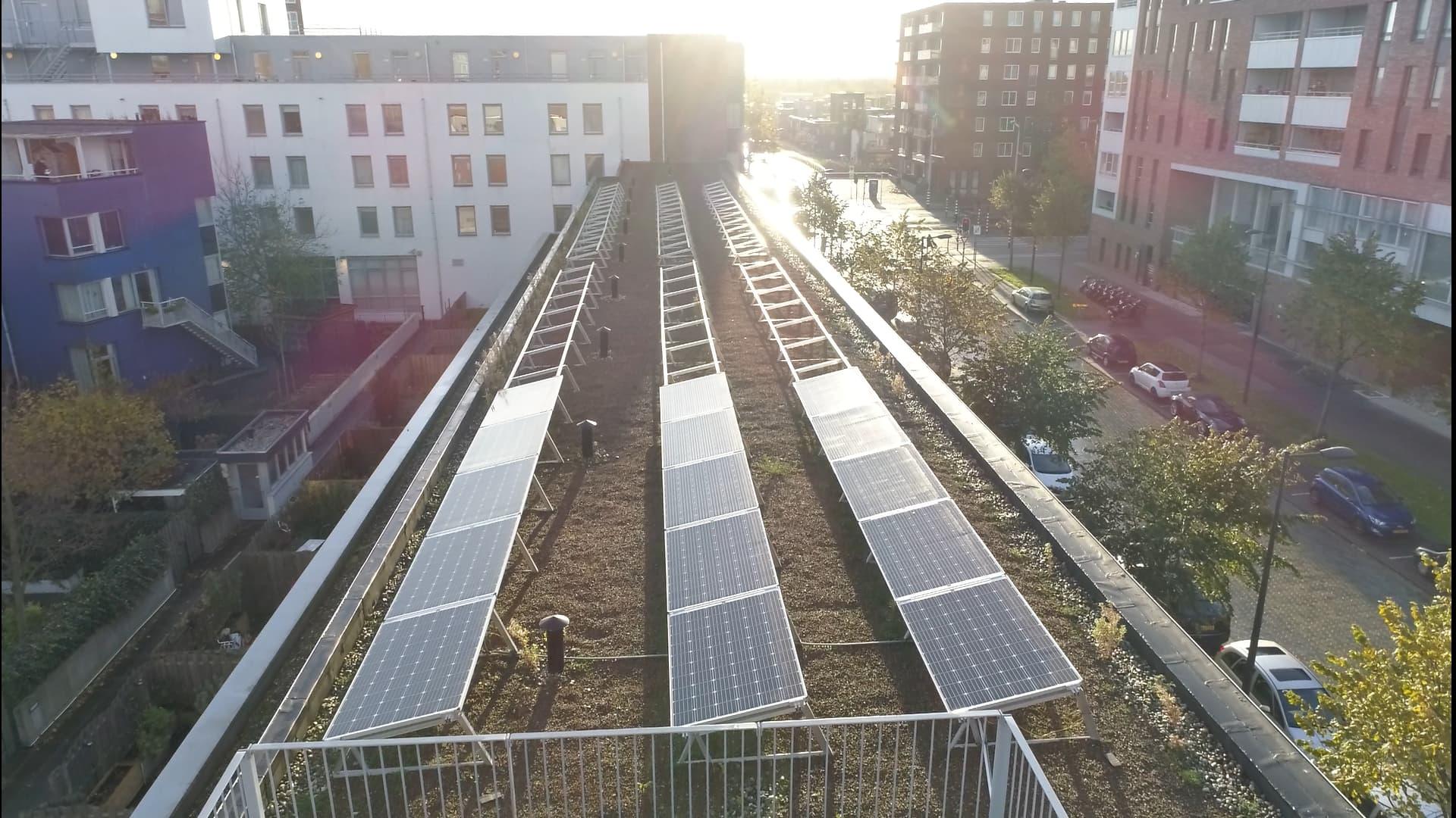 3 rijen van zonnepanelen die worden aangelegd