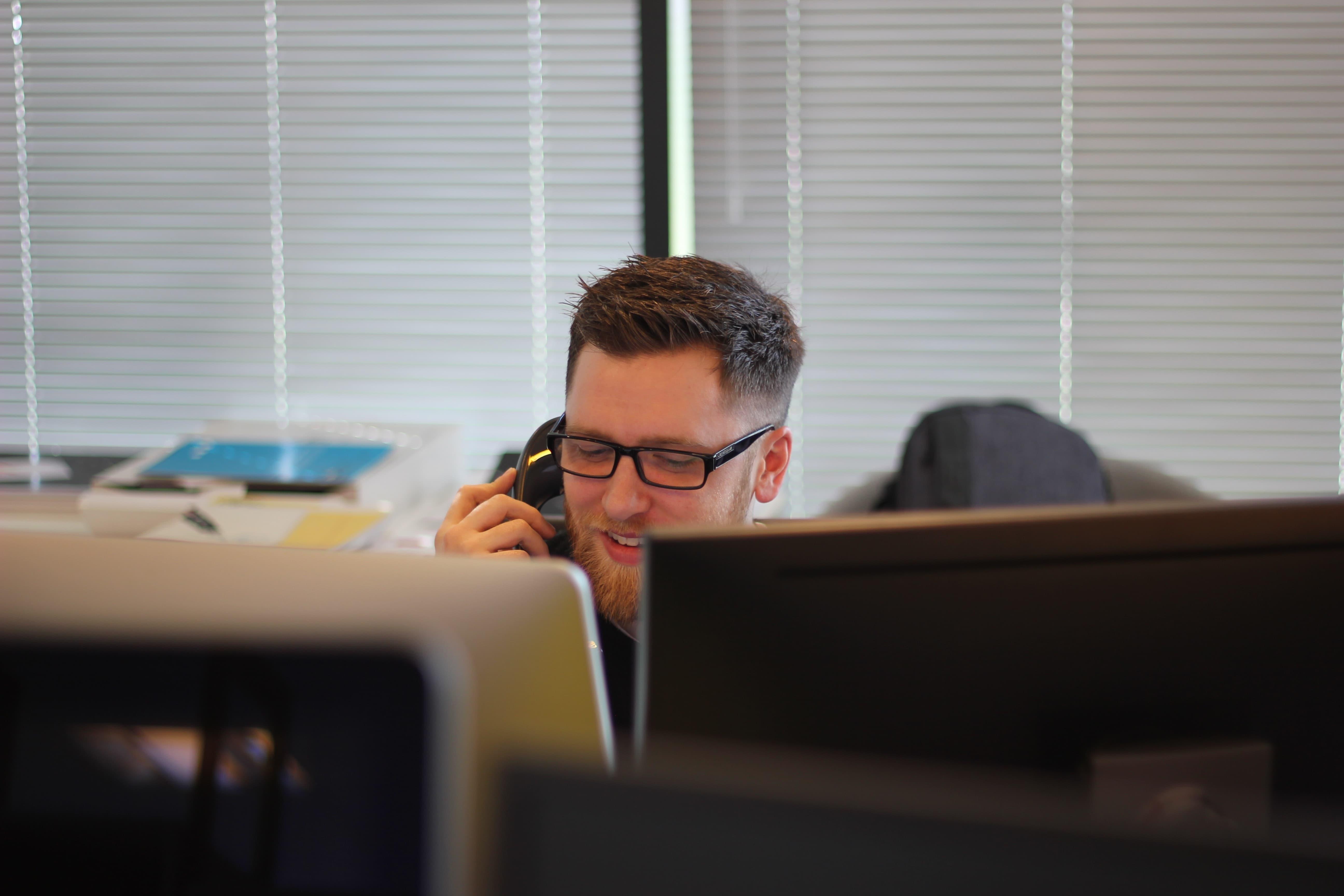 Een medewerker van Solar Sedum in telefonisch contact met een klant