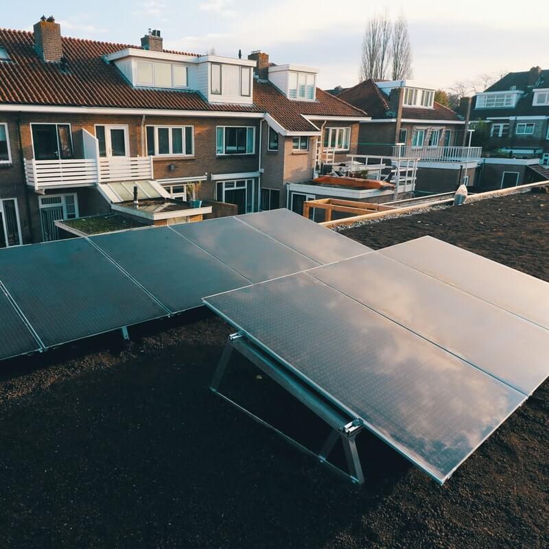 Een net geplaatst Solar Sedum energiedak in Rotterdam