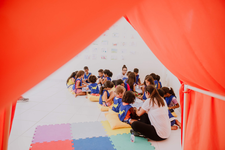 Crianças brincando de colorir