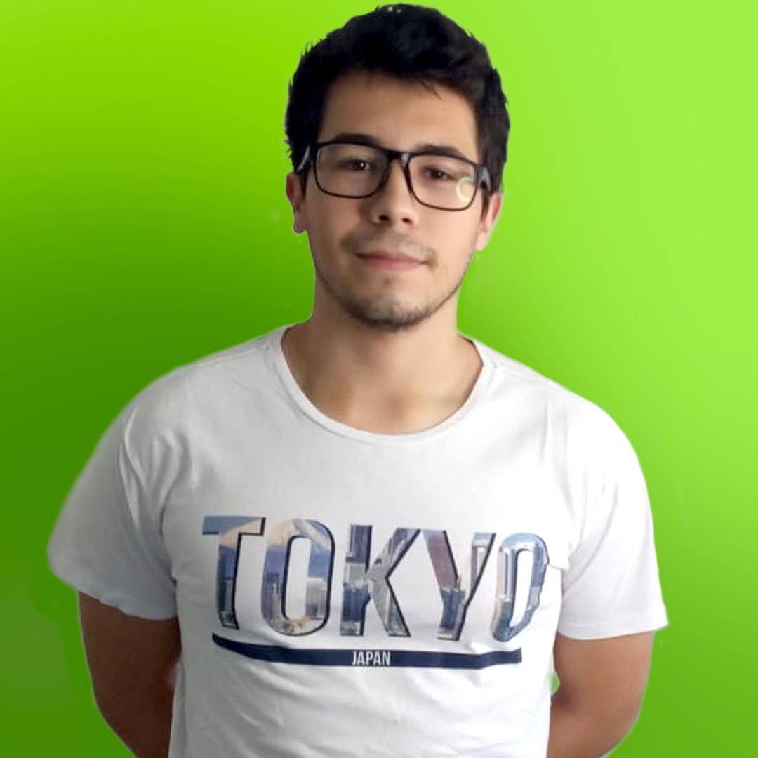 Foto do professor Felipe Fornitani  sorrindo em um fundo verde