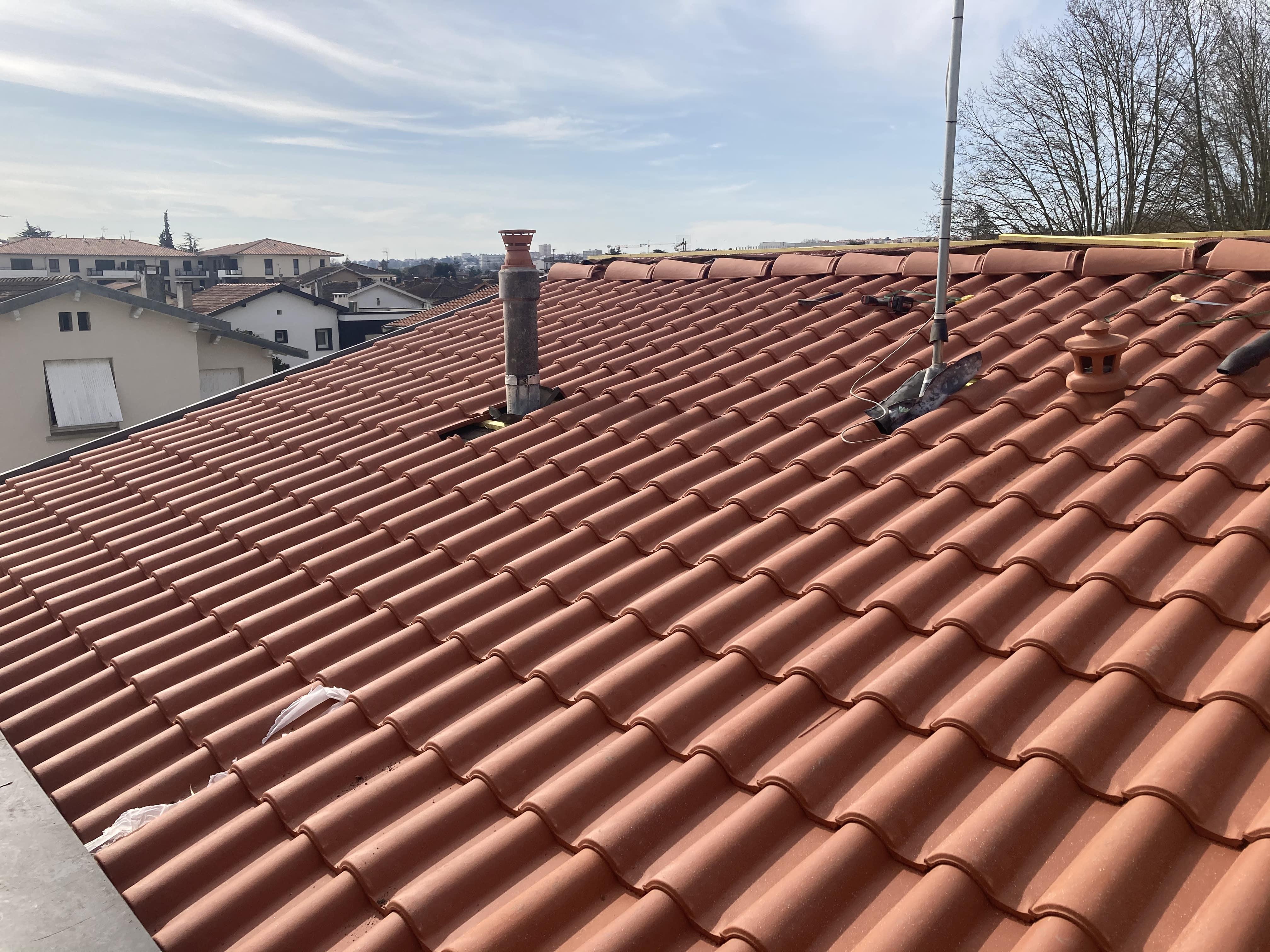 Vous envisagez un projet de rénovation de votre toit ? Vous souhaitez poser une toiture neuve ou changer vos tuiles ?  Rien de plus simple : Stork Habitat spécialiste en travaux de rénovation et l'entretien de toiture à Toulouse, met à votre disposition ses compétences pour vos projets de rénovation de toiture.