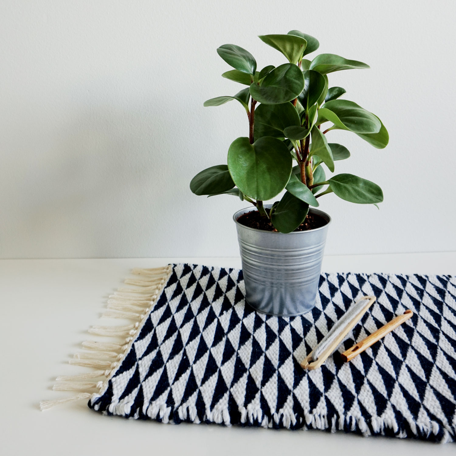 A soft and minimalistic geometric mini rug. Made with navy and white recycled yarn, both harvested from old sweaters.