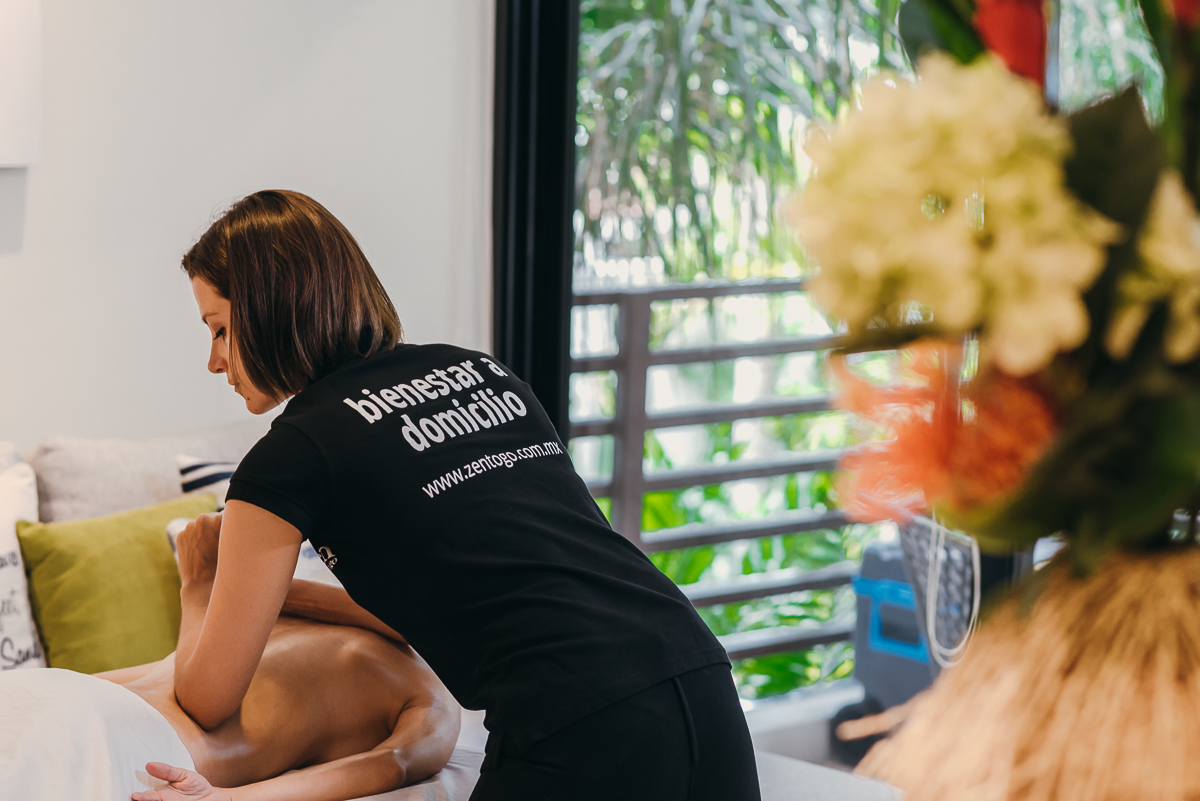 The in-home massage deep tissue helps you relieve muscle pain and relax contractures. Book Yours at CDMX, Playa del Carmen and Cancun.