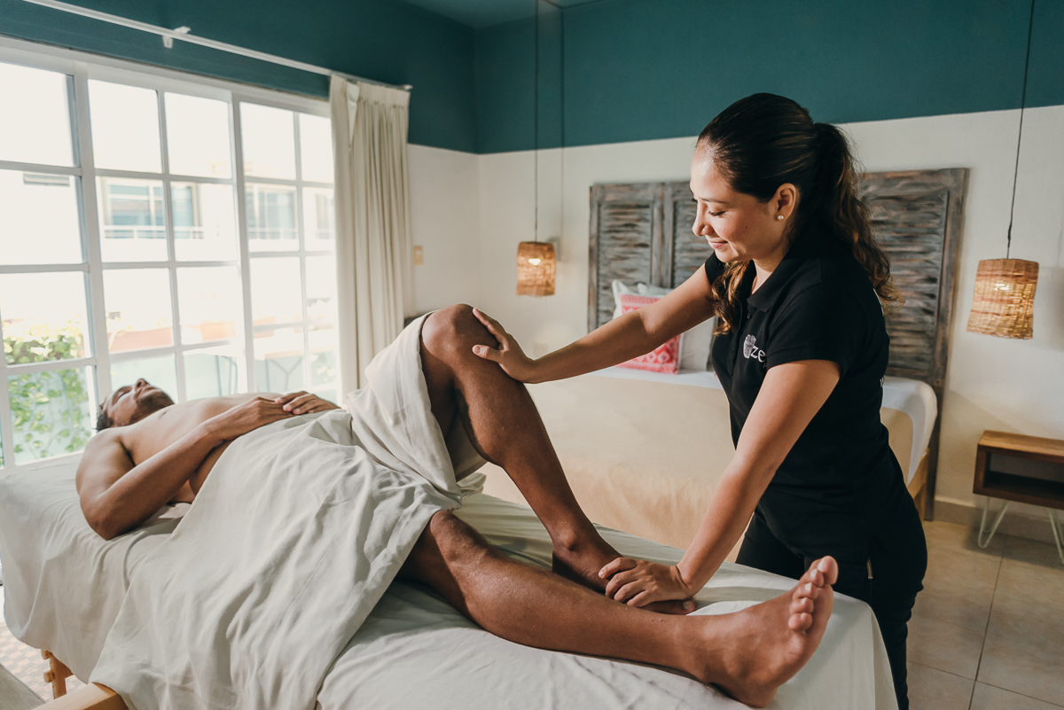 Sports massage at home relieves muscle tension, optimizes performance and treats injuries. Book Yours at CDMX, Playa del Carmen and Cancun.