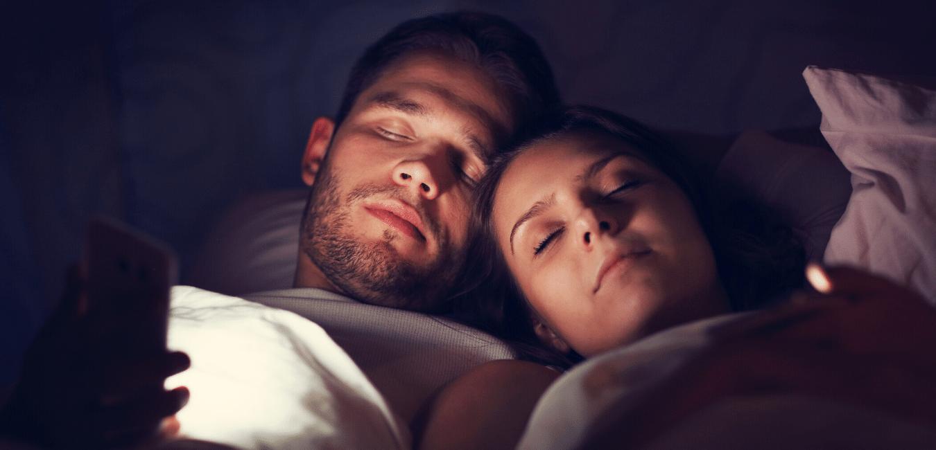 Pareja de personas que se queda dormida con el celular prendido