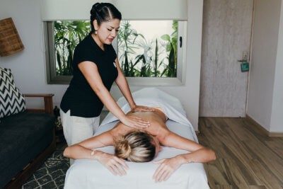 Rosalba emphasizes communication with the client to personalize the service and thus be able to transmit good energy, tranquility and peace. Rosalba has been working for almost ten years in luxury hotels where she has gathered excellent experience in the best SPAs.