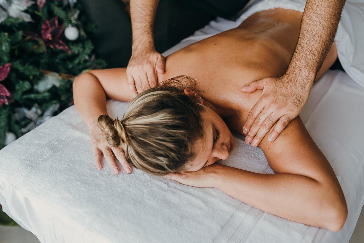 Algunas personas consideran que el masaje profesional es un lujo, que sólo unos pocos pueden darse y que solamente conlleva beneficios simbólicos o estéticos. Sin embargo, la realidad es que se trata de una práctica milenaria cuyas ventajas para la salud física y emocional están más que demostradas. Además, incorporar el masaje profesional en tu estilo de vida es mucho más asequible y fácil de lo que piensas. En el artículo de hoy, te explicamos seis maneras en que el masaje te puede ayudar a mejorar tu calidad de vida en muchos aspectos.